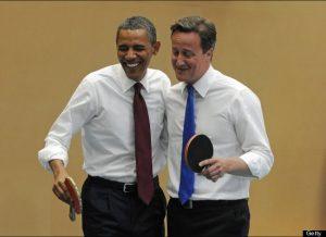 Obama i Cameron jugant ping pong