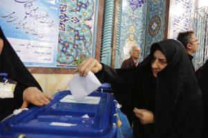 ABD07 TEHERÁN (IRÁN) 26/02/2016.- Una mujer ejerce su derecho al voto en Teherán (Irán) hoy, 26 de febrero de 2016. Las elecciones al Parlamento y a la Asamblea de Expertos de Irán arrancaron hoy a las 8 de la mañana hora local (4:30 GMT), unos comicios marcados por la previsible victoria de los grupos moderados y reformistas en detrimento de los conservadores. Casi 55 millones de iraníes (54.915.024) están convocados a renovar los 290 escaños de la Asamblea Consultiva Islámica, el Poder Legislativo del país, y los 88 de la Asamblea de Expertos, el cuerpo formado por clérigos chiíes cuya misión principal es la de elegir a un nuevo líder supremo en caso de vacante y controlar su gestión. EFE/Abedin Taherkenareh